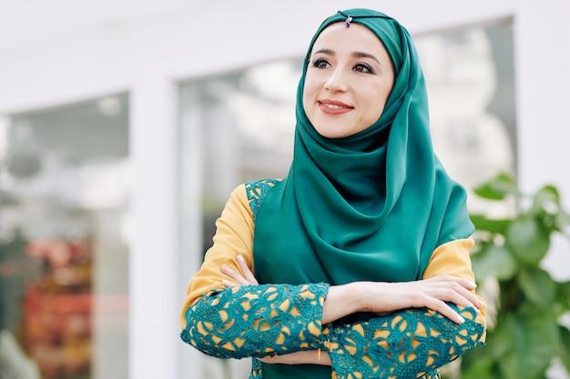 Pozytywna zadumana muzułmańska kobieta