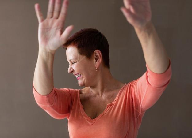 Pozytywne dojrzałe kobiety podnoszenie rąk