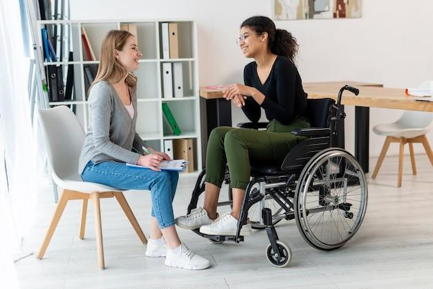 Pozytywne dorosłe kobiety rozmawiają ze sobą
