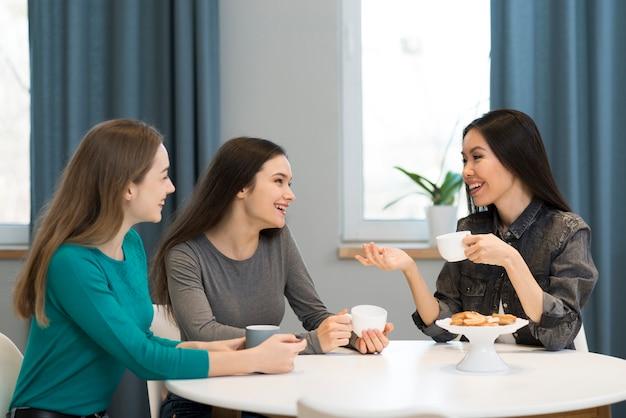 Pozytywne młode kobiety pracuje od domu