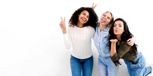 Pozytywne młode kobiety szczęśliwe wpólnie