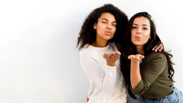 Pozytywne młode kobiety z kopii przestrzenią
