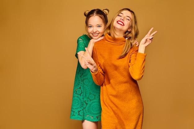 Pozytywne modele pozujące z sukienkami