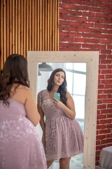 Pozytywne nastawienie ciała. młoda kobieta plus-size robi selfie i pozytywne nastawienie