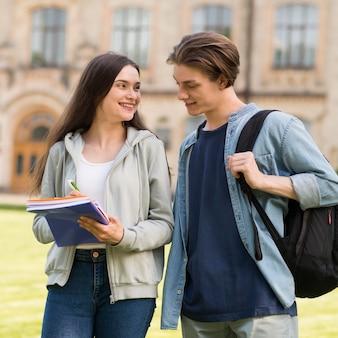 Pozytywne nastolatki wspólnie omawiają notatki