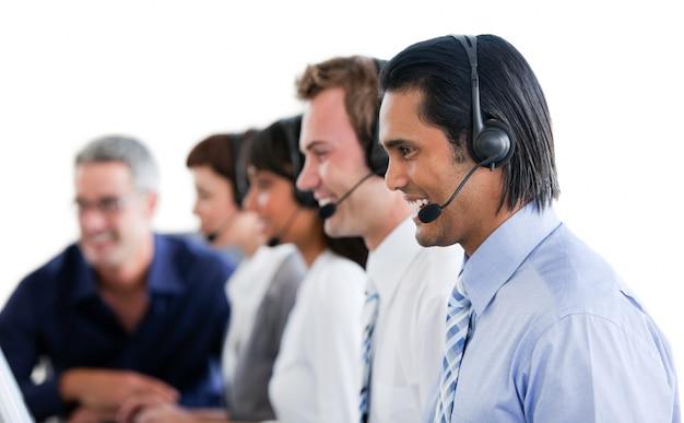 Pozytywni ludzie biznesu pracuje w centrum telefonicznym
