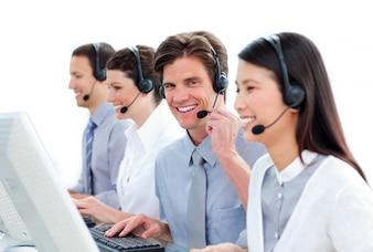 Pozytywni ludzie biznesu w centrum telefonicznym