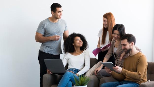 Pozytywni młodzi ludzie zbierają się razem