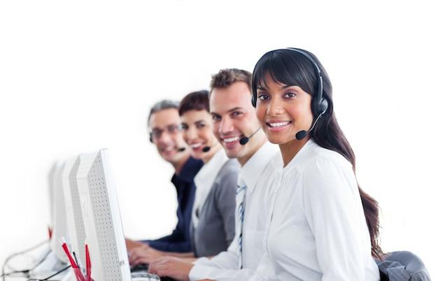 Pozytywni przedstawiciele obsługi klienta z zestawem słuchawkowym