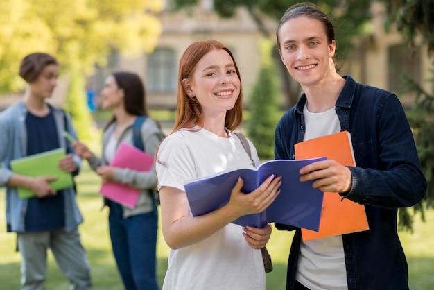 Pozytywni studenci uniwersytetu z uśmiechem