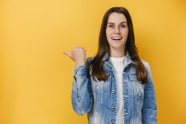 Pozytywnie podekscytowana młoda kobieta 20 punktów kciuka