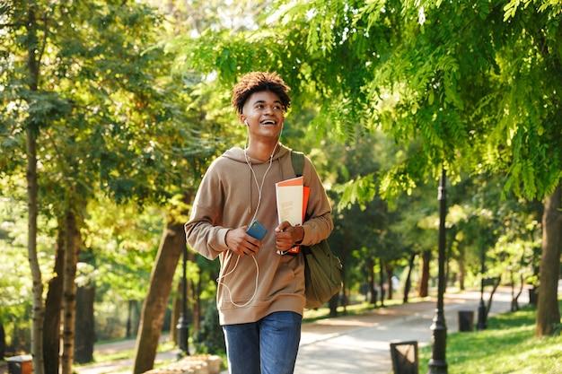 Pozytywny młody afrykański facet z plecakiem