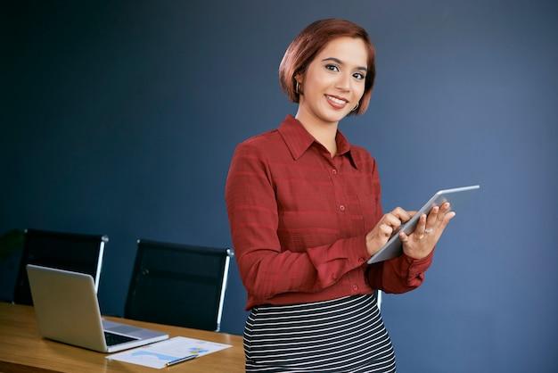 Pozytywny młody bizneswoman