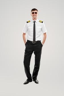 Pozytywny młody lotnik płci męskiej uśmiechnięty