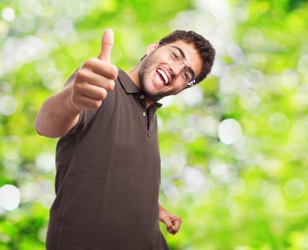 Pozytywny nastolatek pokazano kciuk w górę
