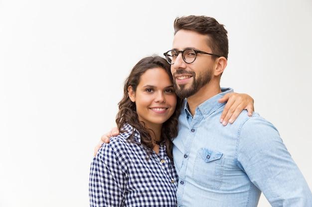 Pozytywny piękny pary przytulenie i patrzeć