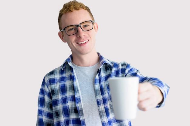 Pozytywny red haired freelancer oferuje kawę