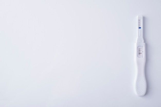 Pozytywny test ciążowy na białym tle. widok z góry,