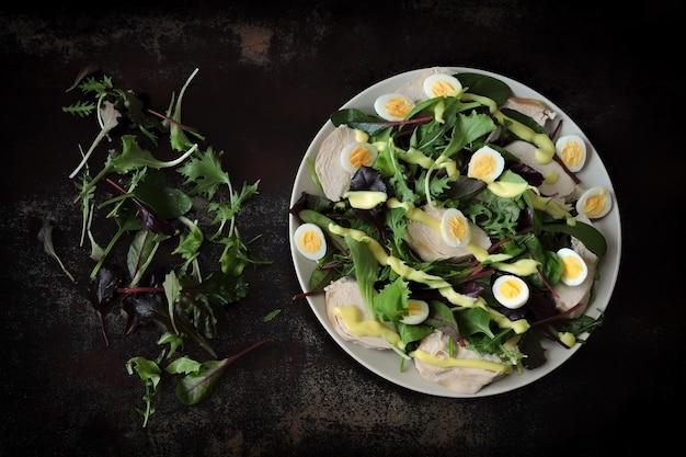 Pożywna sałatka z piersią kurczaka i jajkiem przepiórczym