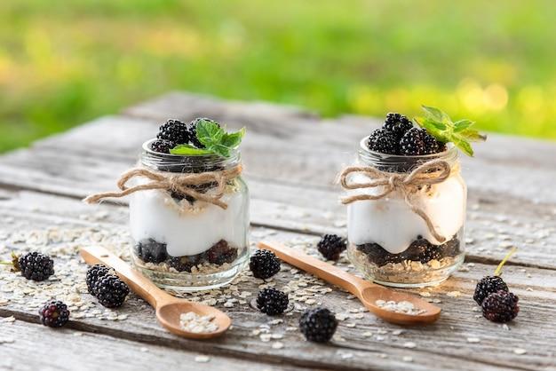 Pożywny jogurt ze świeżych produktów z dodatkiem jeżyn.