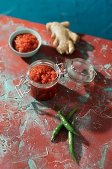 Pożywny posiłek z asortymentem sambal