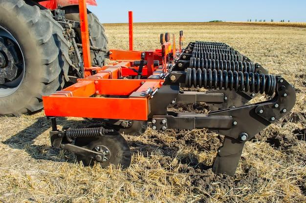 Praca agregatu zaczepianego do uprawy roli w polu.