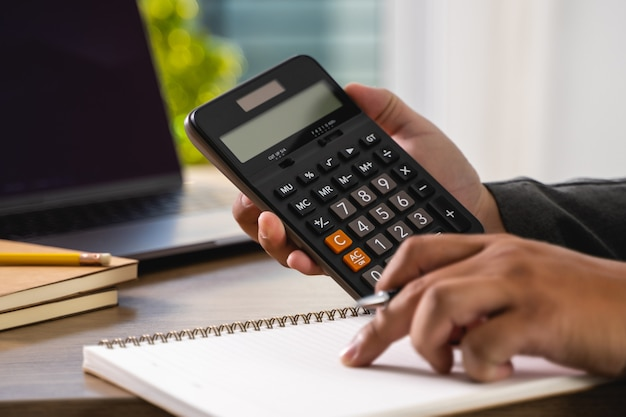 Praca człowieka finanse księgowość obliczanie matematyczne ekonomiczne urządzenie cyfrowe