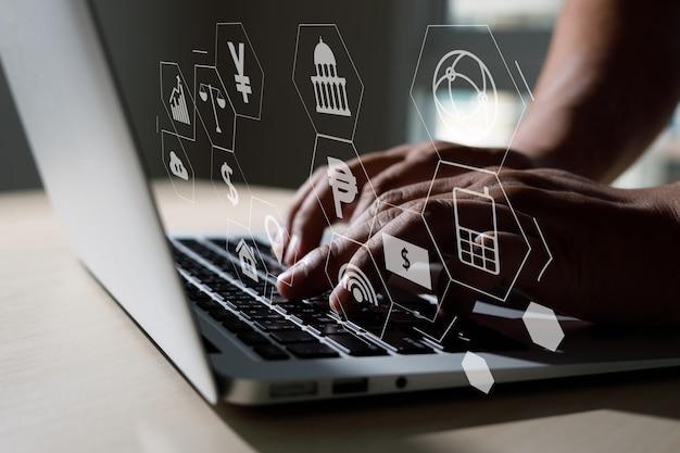 Praca człowieka porady prawne on-line na komputerze firma zajmująca się prawem pracy porada prawna koncepcja usługi