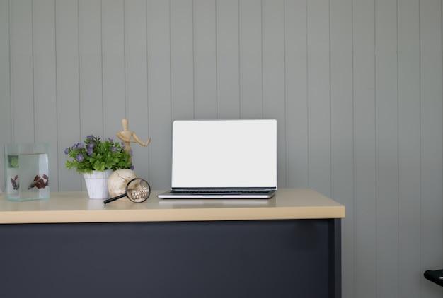 Praca drewniany stół profesora lekarza lub scjenti ozdobiony fioletowym doniczce
