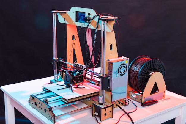 Praca drukarki i drukowanie prototypu z tworzywa sztucznego.