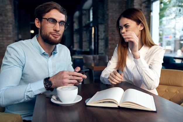 Praca kolegów kawiarnia reszta komunikacji biuro pracy. wysokiej jakości zdjęcie