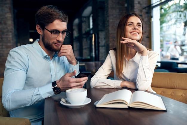 Praca koleżanki w kawiarni reszta komunikacji pracy
