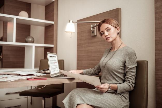 Praca na czas młody odnoszący sukcesy właściciel dużej, odnoszącej sukcesy firmy, pracujący zgodnie z harmonogramem