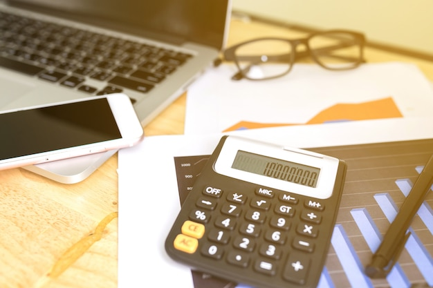 Praca na komputerze stacjonarnym z kalkulatorem do robienia biznesu