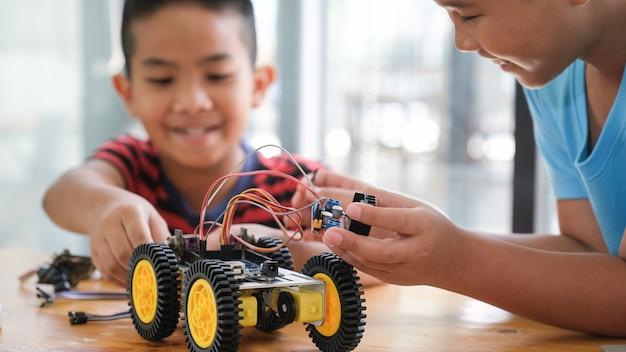 Praca na modelu samochodu handmade, konstrukcja na elektronice.
