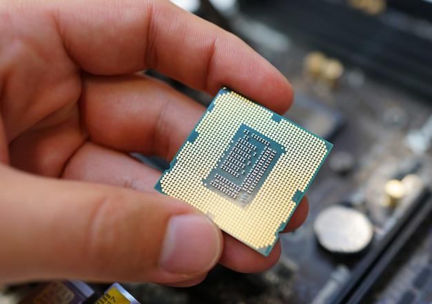 Praca na płycie głównej i procesorze komputera