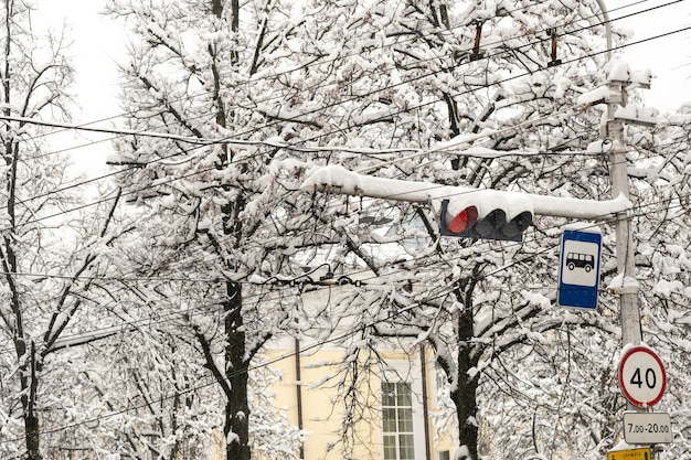 Praca na światłach na ulicy miasta w zimie