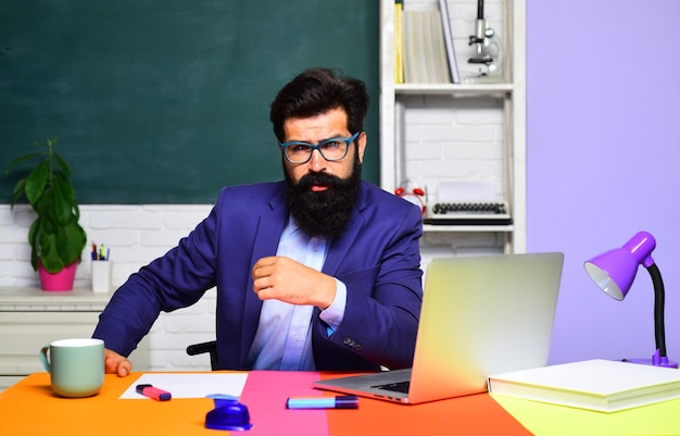 Praca nauczyciela zawód nauka wiedzy korepetycje z edukacji w szkole średniej i koncepcja nauczyciela mężczyzna