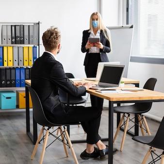 Praca podczas covid w koncepcji biura