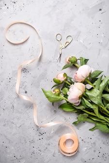 Praca profesjonalnej kwiaciarni do tworzenia bukietów