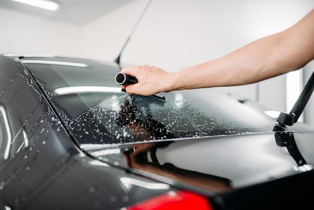 Praca specjalistyczna, montaż folii do barwienia samochodów