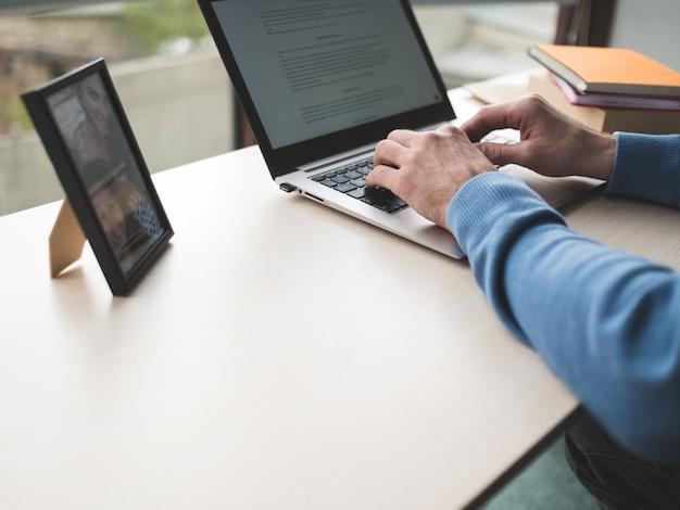 Praca w biurze. człowiek pisania na laptopie w biurze. codzienna rutyna biznesowa w białych kołnierzykach