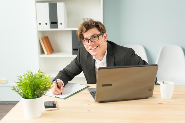 Praca w biurze jest przyjemna i pełna entuzjazmu