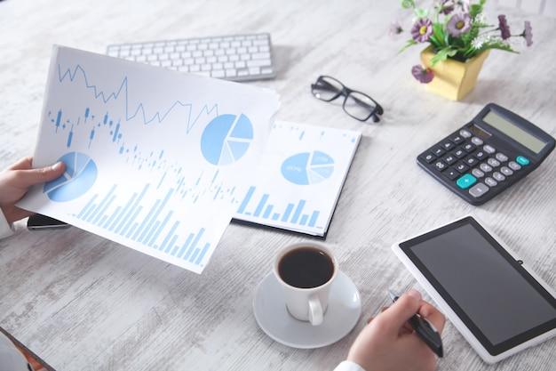 Praca w biurze. wykresy finansowe i inwestycje