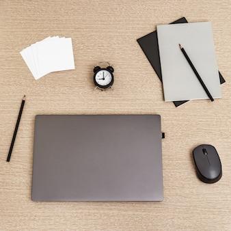 Praca w domu laptop do pracy i zegar do kontroli czasu