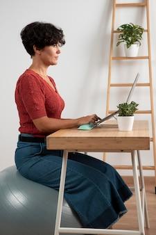 Praca w domu na ergonomicznym stanowisku pracy