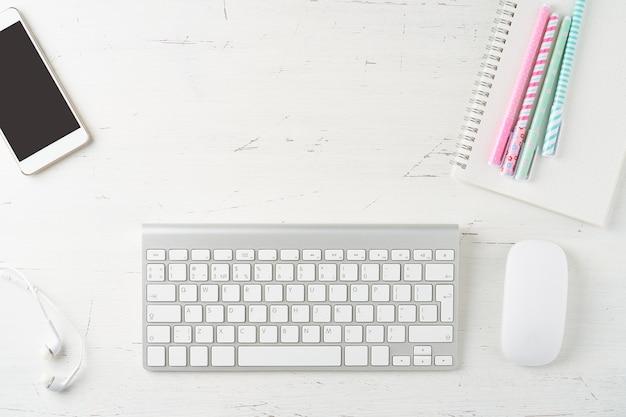 Praca w domu, nauka online. widok z góry. kształcenie na odległość. skopiuj miejsce, makieta
