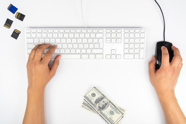 Praca w domu z laptopami napisanymi na blogu. pisanie na klawiaturze. programista lub haker komputerowy praca w domu z laptopem, który pisze blog.