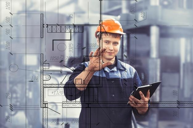 Praca w fabryce z tabletem w ręku na tle sprzętu