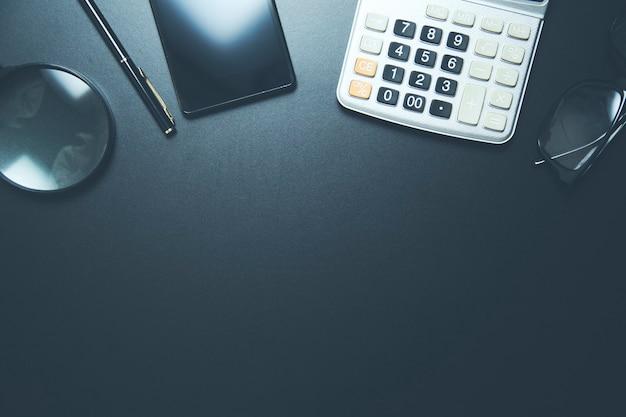 Praca w koncepcji biurka z kalkulatorem i telefonem
